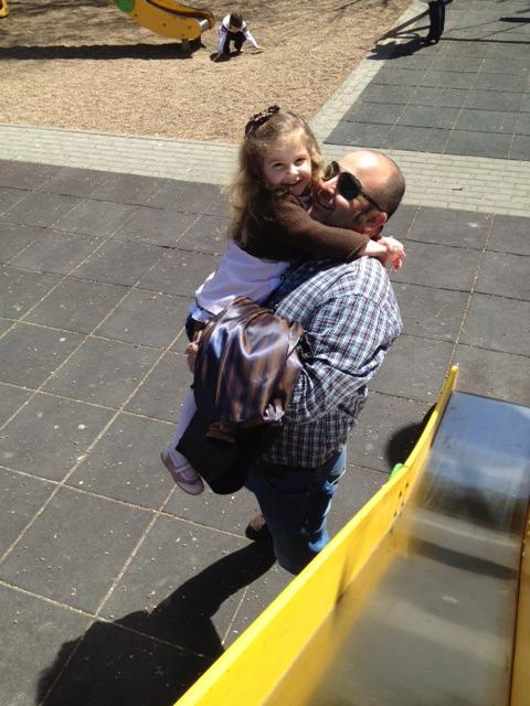 con su papa... le adora