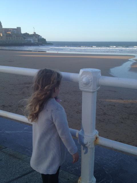 mirar la muñequina como mira el mar.... queria bañarse...
