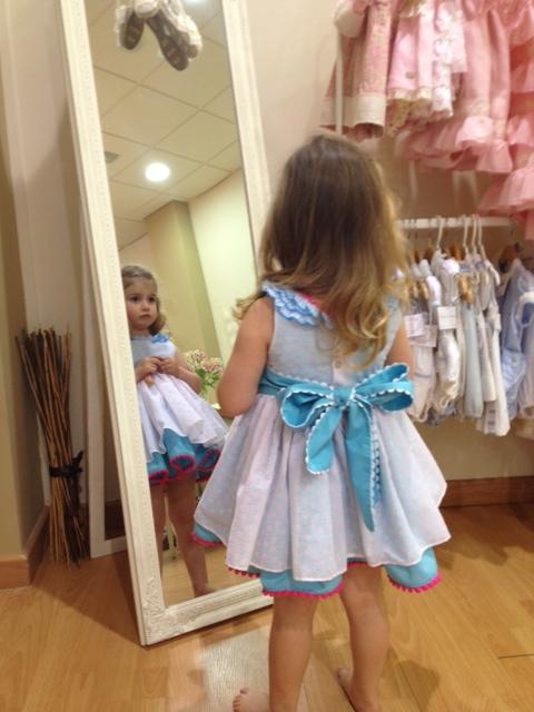 el vestido es una monada.... y super alegre