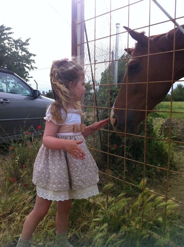 Los caballos la vuelven loca. Y lo mejor... no les tiene miedo