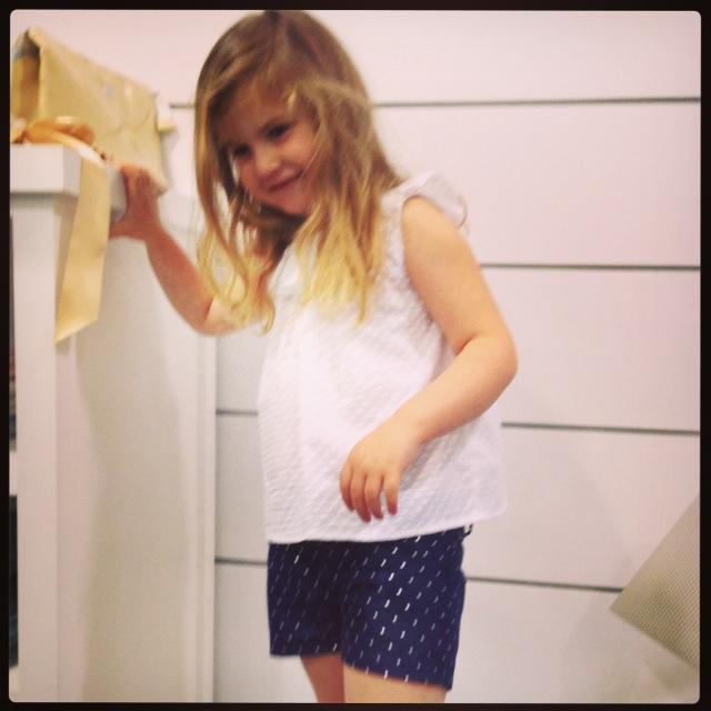 Me encanta con la camisa y el Short... que bonita y que ponible...