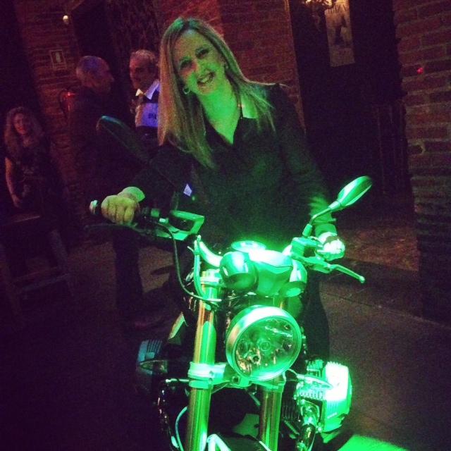 que risas pasamos... hasta yo que no tengo carnet me anime a subirme a la moto...