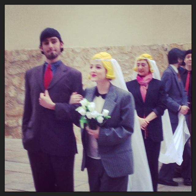 Ese traje.. esa pinta... esa boda no puede ser la de mi niña... POR DIOS..