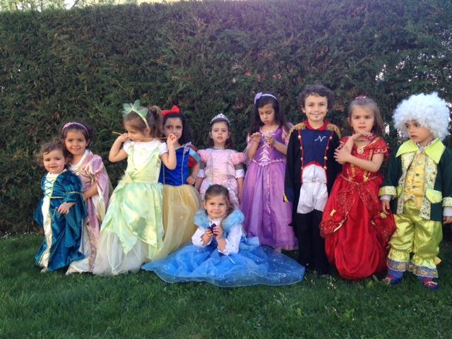 Princesas que disfrutan todas juntas con dos principes...