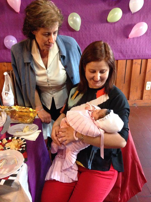 Momentos tiernos... mis hermanas con la pequeña Maria.... un bombon..