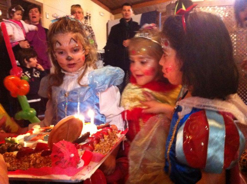 volvemos a soplar la tarta... que sus deseos se cumplan...