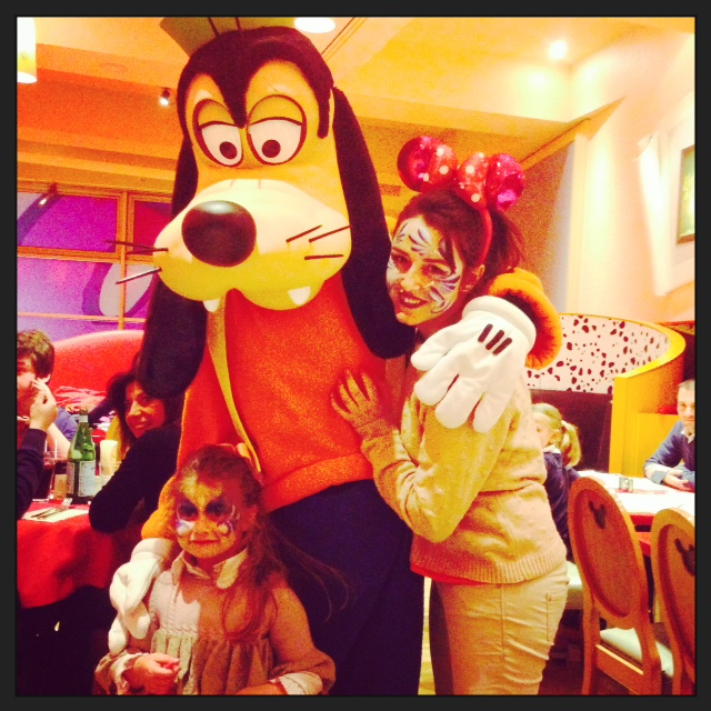 EN EL CAFE DE MICKEY CON GOOGY