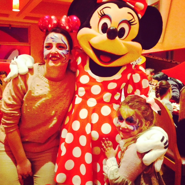 EN EL CAFE DE MICKYE CON MINNIE