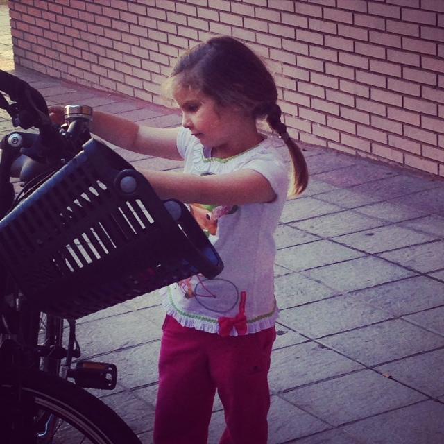Como la gusta salir en bici al campo.... es como su padre... un culo inquieto..