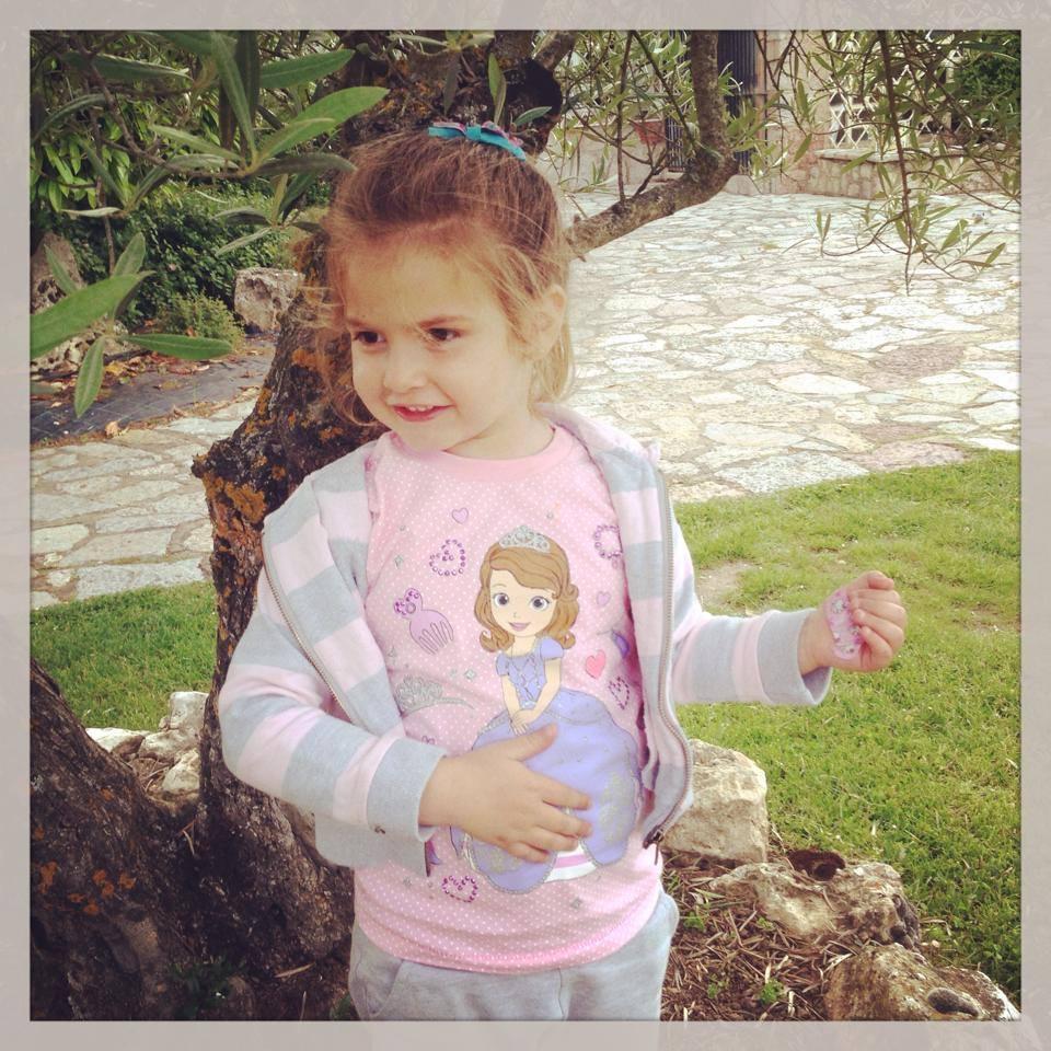 mas contenta ella con su camiseta de la princesa Sofia..