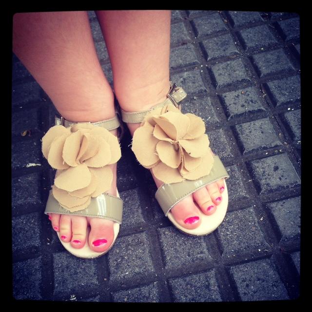lo mas importante para ella es que la pinte las uñas... tenemos promesa de pintar uñas en los pies, si no se come las de las manos...no lo conseguire lo se.