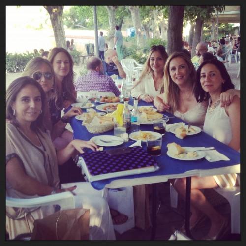 Me encantan esos cafes que duran hasta la cena con amigas... aqui mis queridas mimis Helena de ATHINA y con blogueras conocidas como Maria de TRENDY CHILDREN Y Arancha de VISTELES