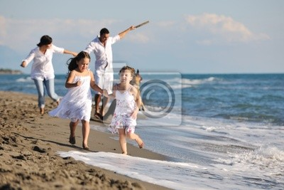 fotomural-familia-feliz-jugando-con-el-perro-en-la-playa-animal