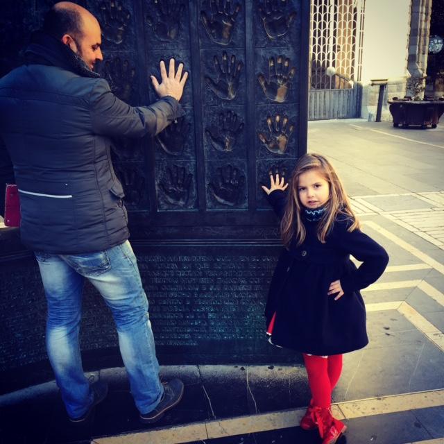 Con papá... buscando las huellas Paula lleva el abrigo de Beatriz Montero.