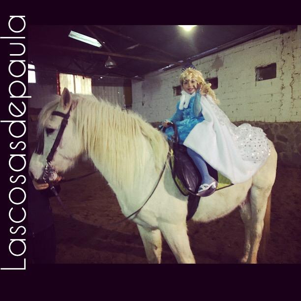Irene iba con su disfraz de Elsa by Frozen con su caballo blanco y todo... que feliz estaba.