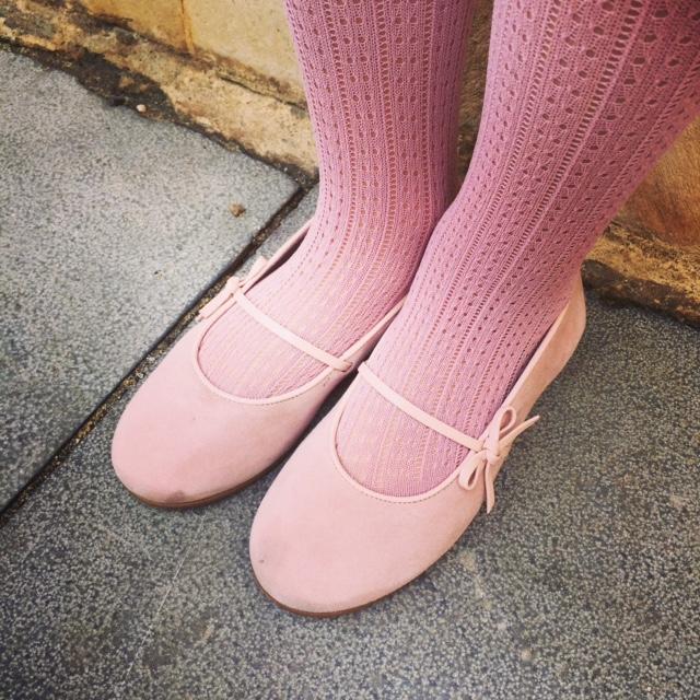 Los zapatos son de Ana Zapatos de Cartagena. Las medias de Apricot.
