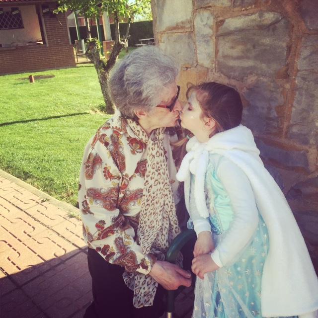A pesar de que la hace rabiar... la abuela es la abuela...