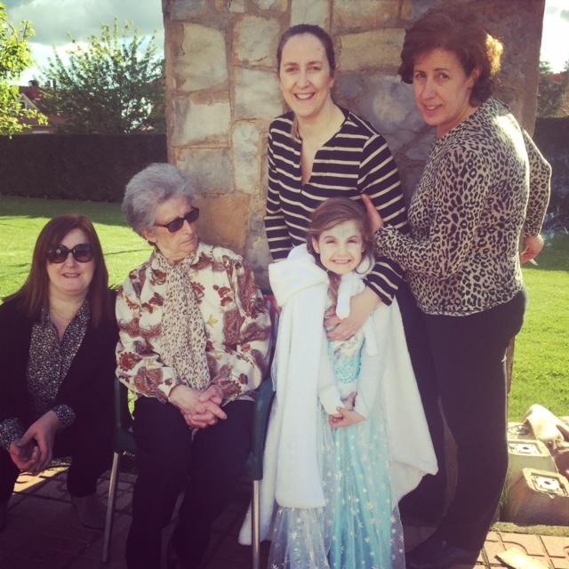 Mi madre con sus tres hijas y su nieta pequeña...