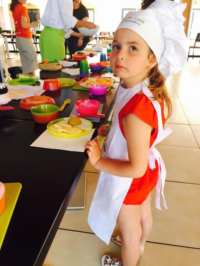 Orgullosa de su plato de huevos con patatas....