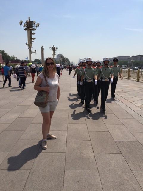 Los soldados pasaban constantemente por la plaza...