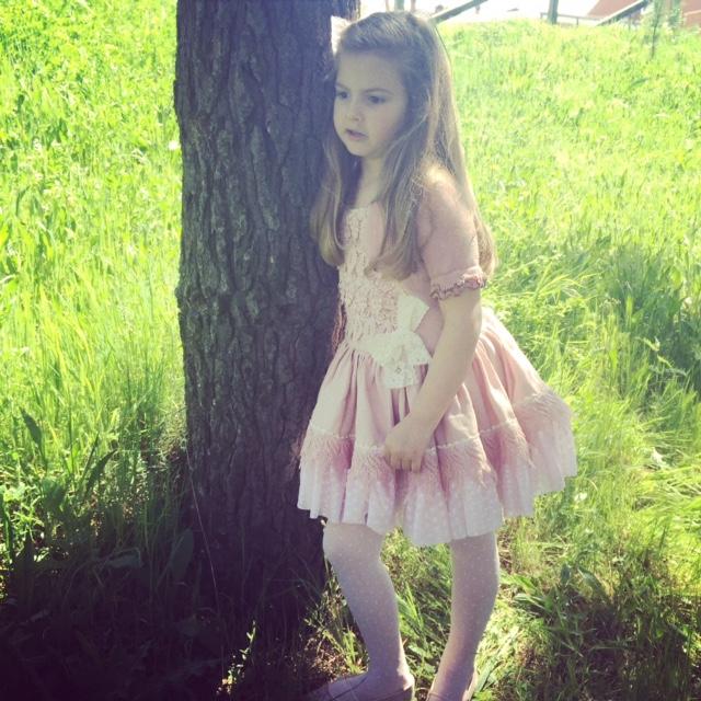 Un cumpleaños de princesa con un vestido de cuento... Marita Rial fue la encargada de vestirla en un día tan especial...