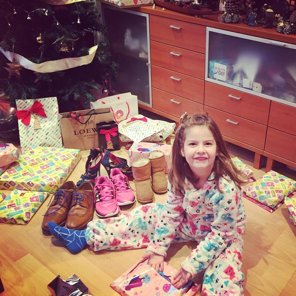 He visto arboles de Navidad que se caian de regalos... el nuestro tiene los regalos de todos...