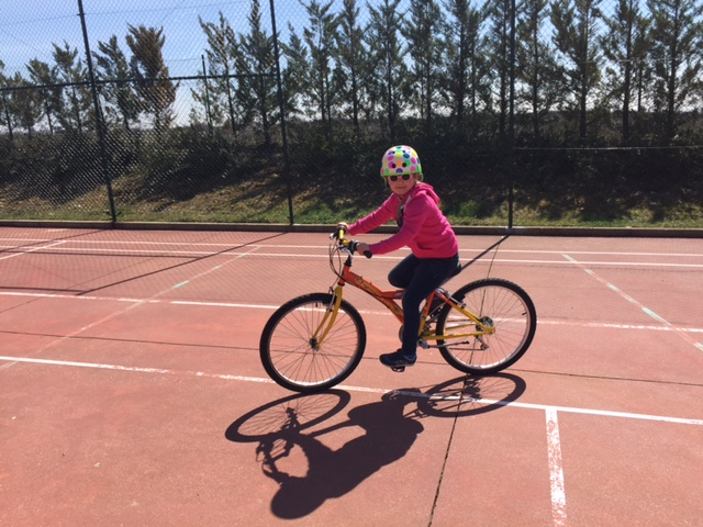 La peque con 5 años ya usa la bici de su hermana con 13... esta tremenda...