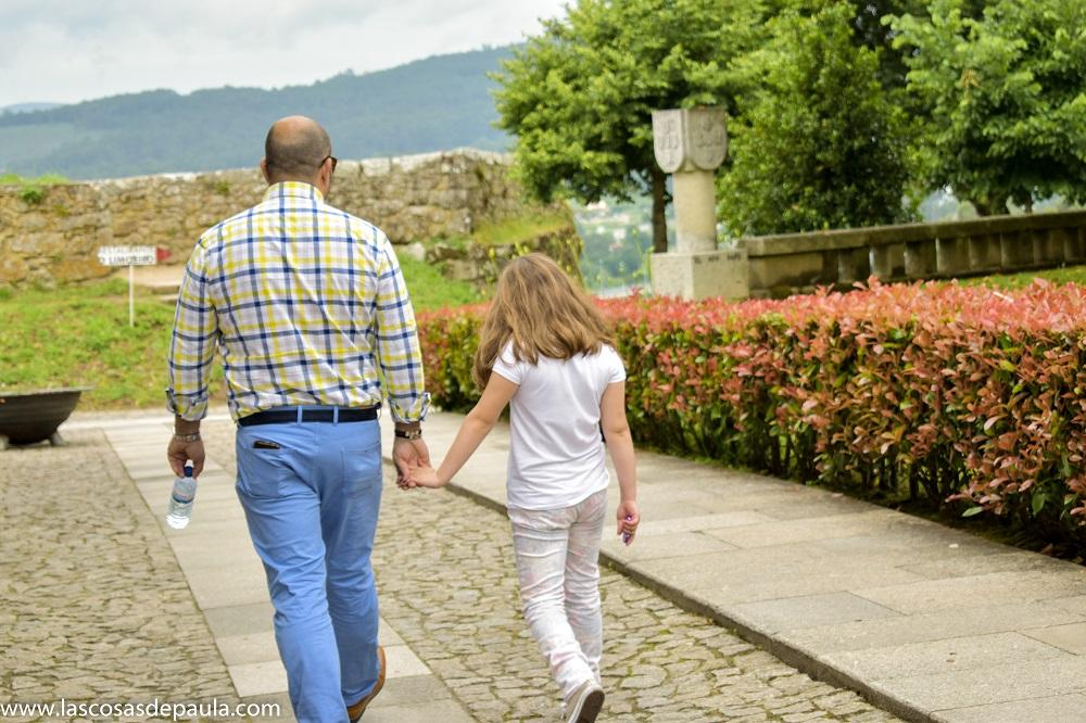 Paula adora a su papa... No le suelta de la mano...