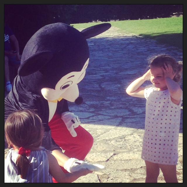 que contentas se pusieron con los muñecos de Mickey y Minnie