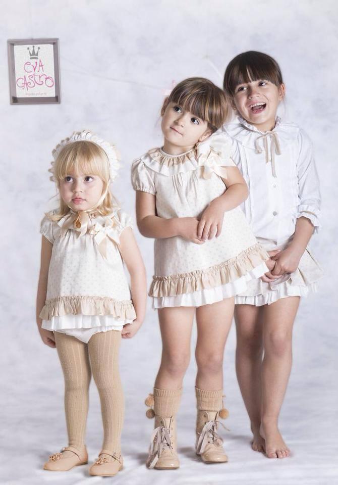 me encanta el conjunto de falda y camisa de Mia. Veo a Paula... la veo.