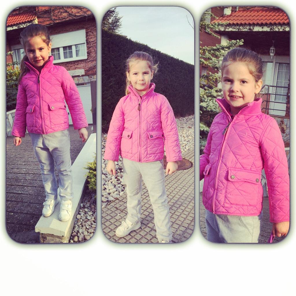 Lleva chandal de Gocco gris y rosa con polo de Raphl Lauren fucsia y chaqueta de la msma marca en fucsia