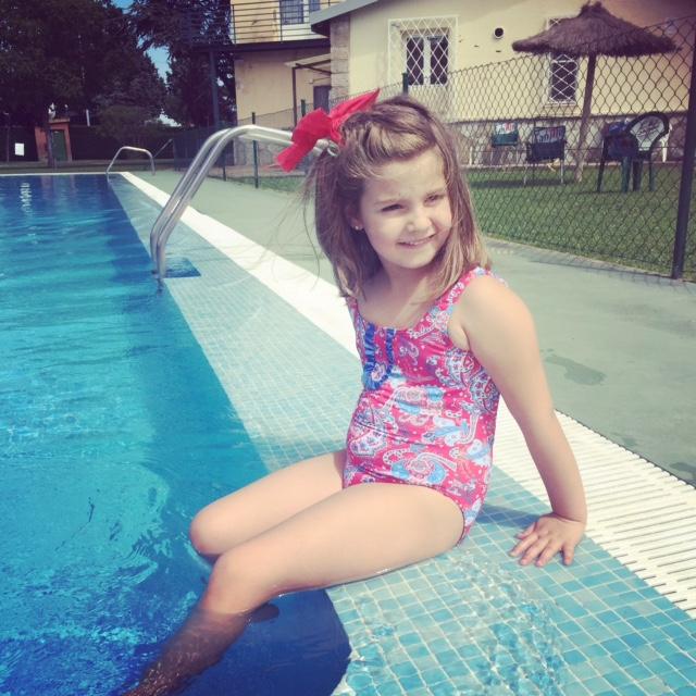 como disfruta en el verano... como la gusta la piscina y nadar...