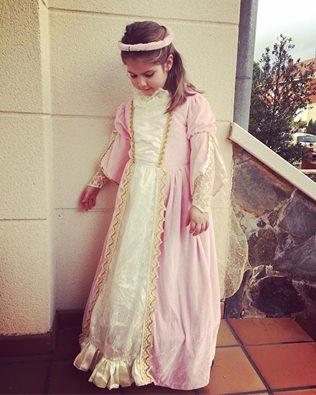 Como la gusta vestirse de princesa..