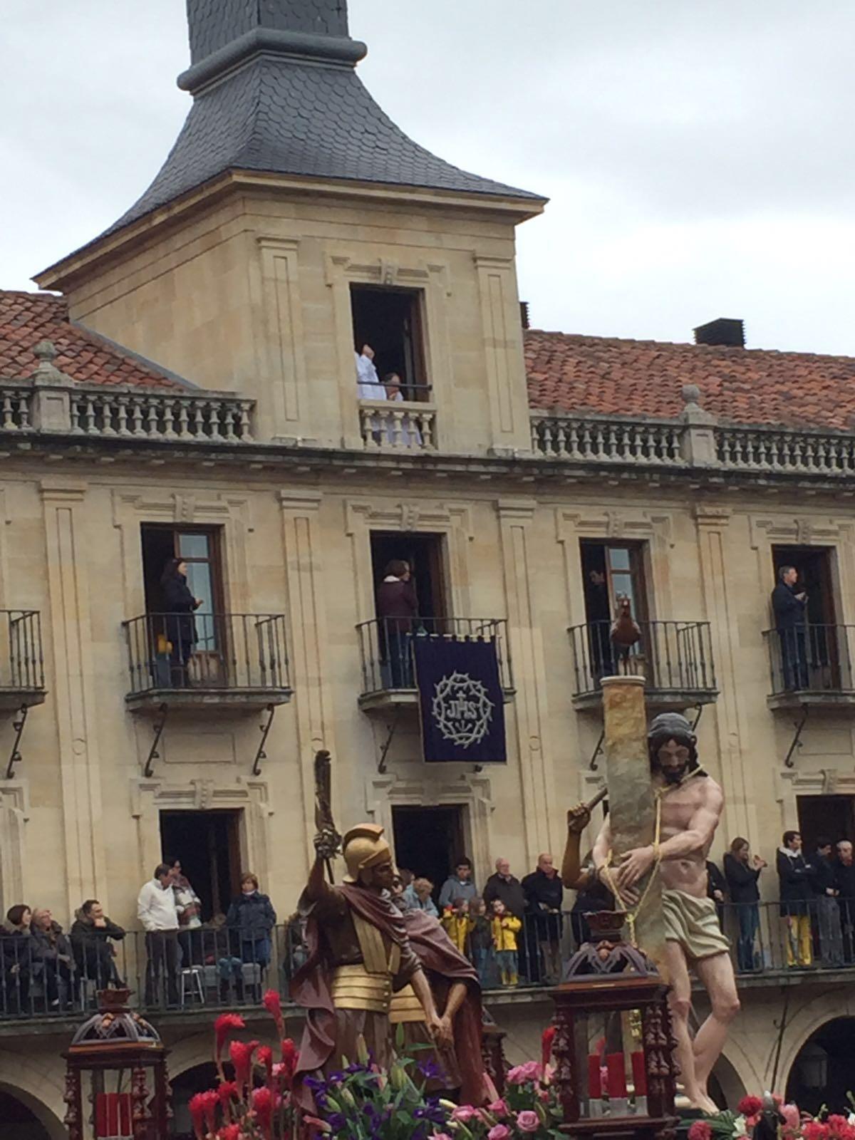 Si os fijais en el balcon dos turistas viendo la procesion en albornoz... yo flipaba... el dinero no da la clase... eso esta claro.