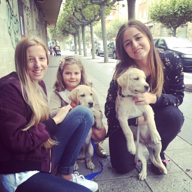 Mi sobrina guapa con Leti Paula y los perrines.